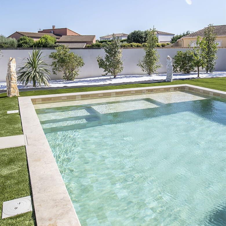 4-piscine-Saint-Laurent-d-Aigouze-pierre-de-Bali-escalier-sur-mesure-avec-3-plages