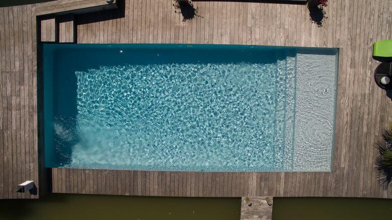 ESCALIER-SUR-LARGEUR-avec-grande-plage-liner-gris-clair